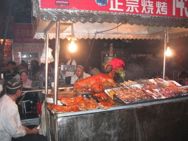 夜市中的烤全羊