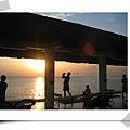 夕陽西下向海打高球有球童划船撿回