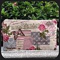 粉紅玫瑰三拉鍊雙層手拿包(背面)