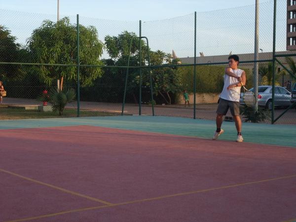 大頭打網球我在旁邊看.JPG