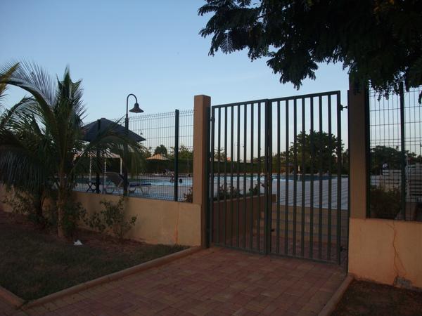 飯店有游泳池 很多外國人使用.JPG