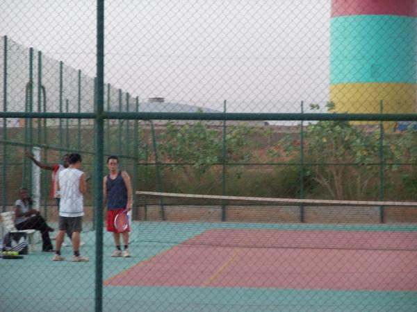 在BF最大的飯店打網球.JPG