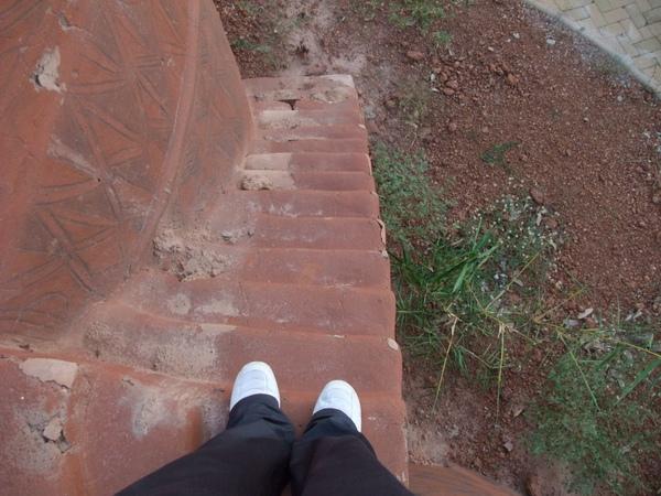 好小的樓梯 要側著走.JPG