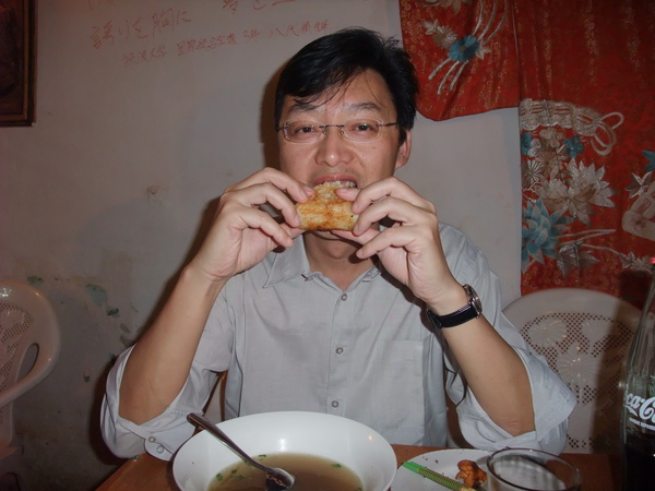 蔡團長示範如何吃飯團.JPG