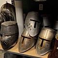 這些頭盔,如果仔細去每個都敲一敲,裡面其實很多是塑膠做的而不是鐵!