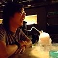 開心的Po和狂噴乾冰的酒~
