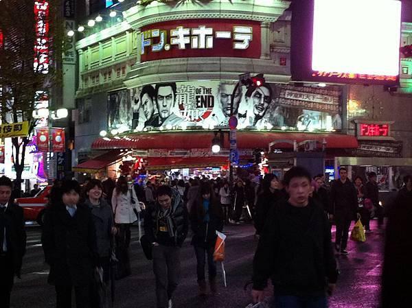 在離開日本之前,新宿的人中之龍廣告看板更新成最新的of the end了