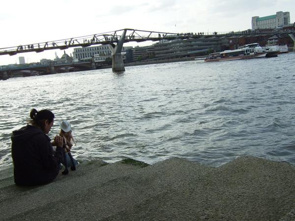 河邊的父女