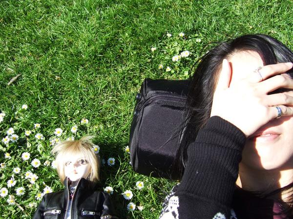 跟兒子一起躺草地