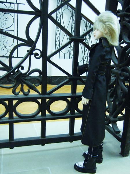 透過欄杆遠望