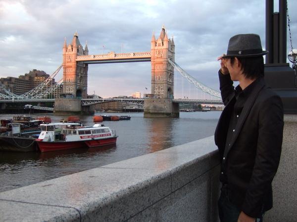 遙望TOWER BRIDGE要和倫敦告別的僧侶桑