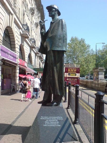 地鐵站外的福爾摩斯像