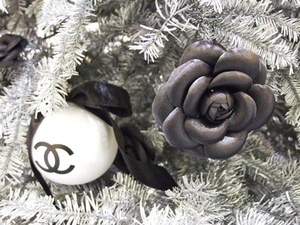 聖誕束上的球和花