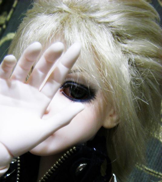眼睛黑成一團