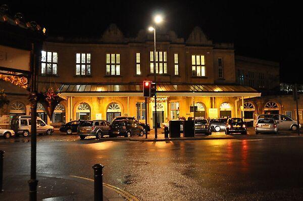 晚上的bath火車站