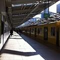陽光充足的西武新宿站月台