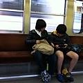電車上的電動小學生