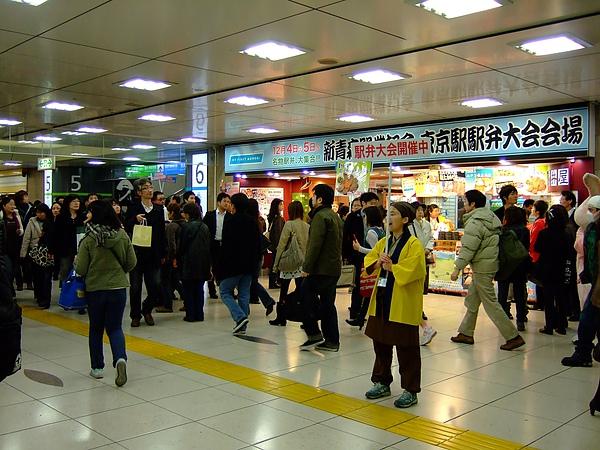 人多多的東京車站