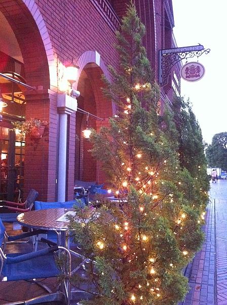 旁邊的餐廳也亮了