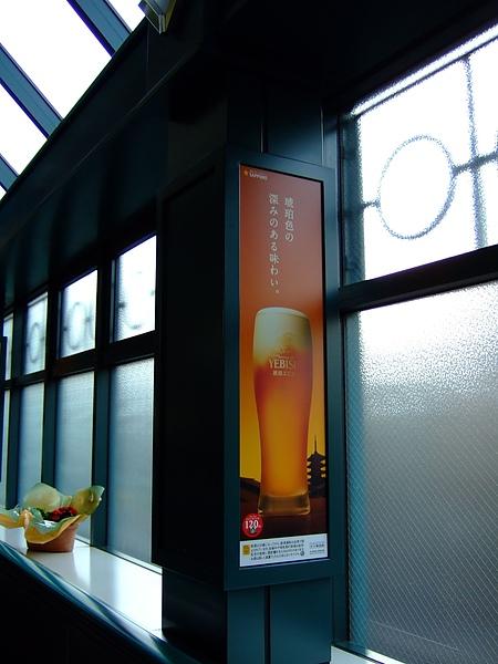 這裡旁邊的廣告都是啤酒