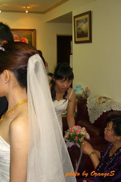 新娘後面的小小伴娘