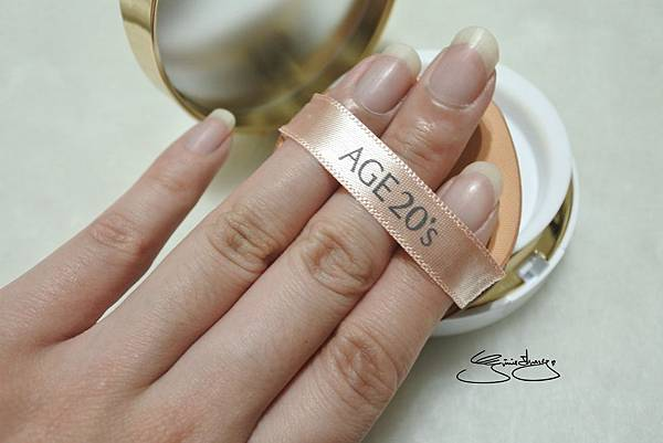 AGE20's 瓷透肌聚焦爆水粉餅 粉撲