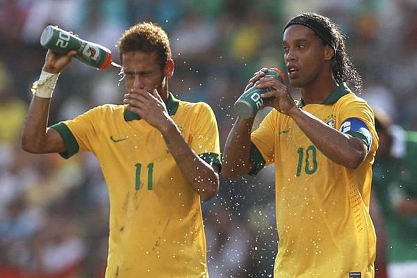 sport-magazine-ronaldinho-with-neymar-da-silva-brasilian-soccer-player.jpg