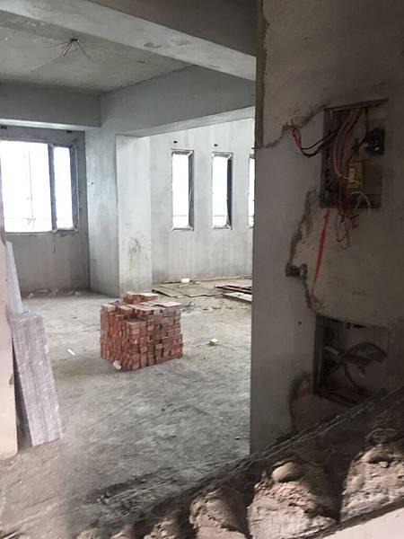 客廳邊窗2.jpg