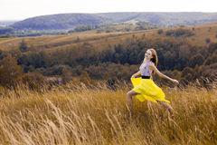 跑在领域的愉快的嬉戏的-俏丽的女孩用在途中的-色,-色麦子到好的生-愉快的冒险在夏天,-85620497