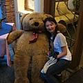 Yuli在熊旁邊好小一隻
