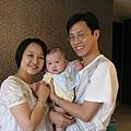 假全家福,中間的是Jose的兒子。(謝謝Josephine提供照片)