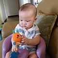 坐著租來的BUMBO椅子,握著心愛的小蜜蜂~準備咬下去