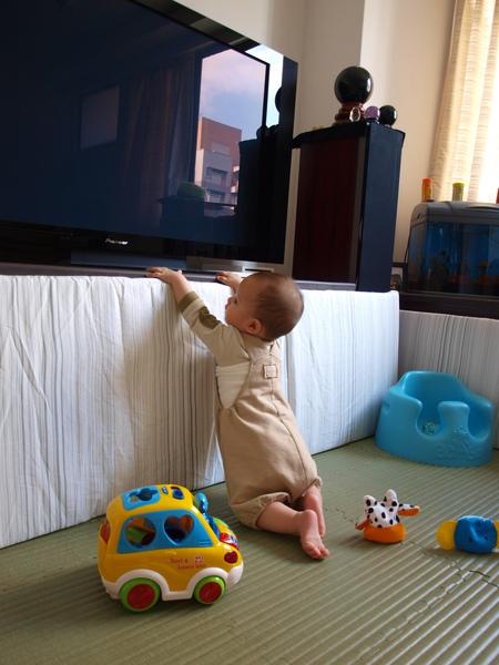 你爸的大電視~很害怕你摸~