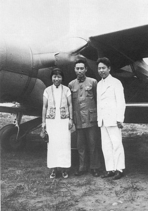 1940年7月周恩來重慶回延安鄧穎超-張沖珊瑚壩機場.jpg