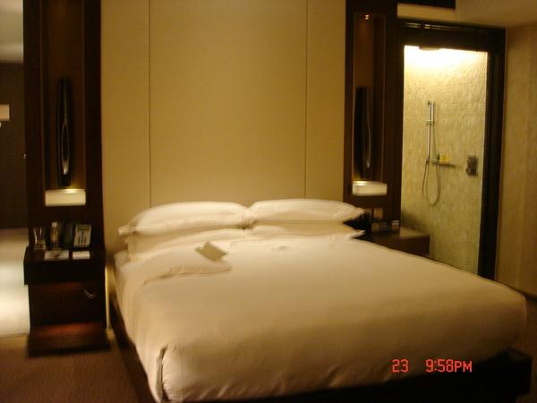 三個人被招待六星級酒店的兩個VIP房間,好奢侈~儘以玻璃相隔淋浴室跟臥室,若要隱私是有木頭電動門可使用.