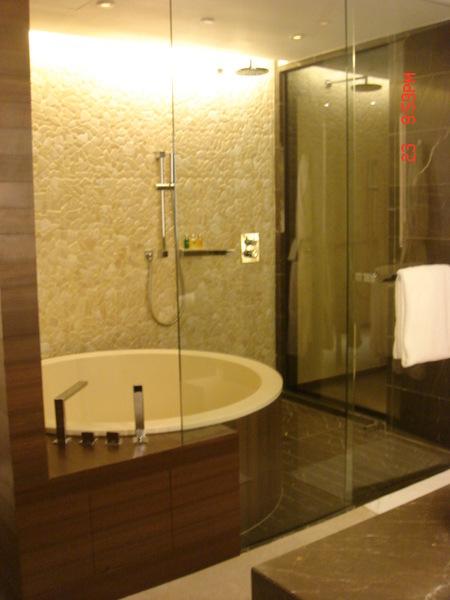 浴缸大到可以容納八個我,只可惜洗澡用品不及香港四季,文華及上海香格里拉等等酒店