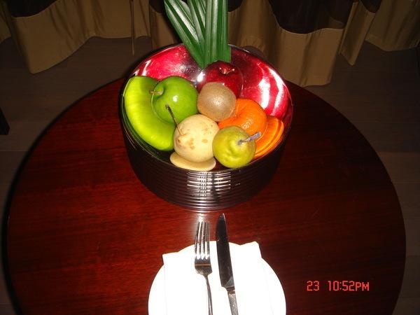 桌上的水果盤裡應有盡有,只可惜我們沒時間吃