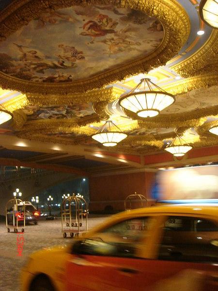 我們還算自制,只在這待了約三個小時,門口有的士等著,天花板跟Vegas的一樣漂亮