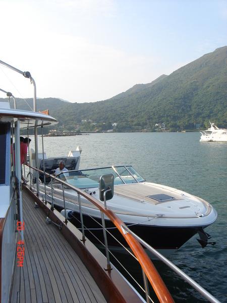 小船是新的卻一直拋錨,主人說新大船製造了七年還沒影子,目前訴訟中,舊船將就用