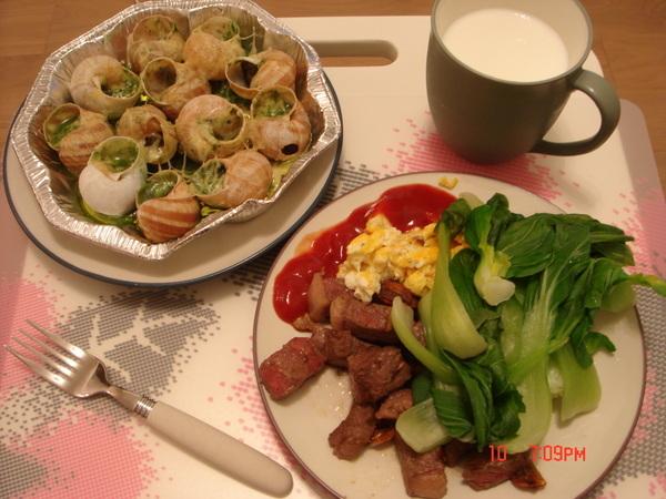 豪華的一餐,和牛+蝸牛,自作聰明替蝸牛加上Cheese片,一點都不搭,煮太多吃很撐,人胖不是沒有理由的