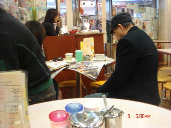 香港餐廳到處可見的畫面,瞪著報紙八卦雜誌的鄰桌老阿伯
