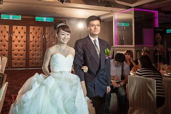 新娘與爸爸一同步上紅毯