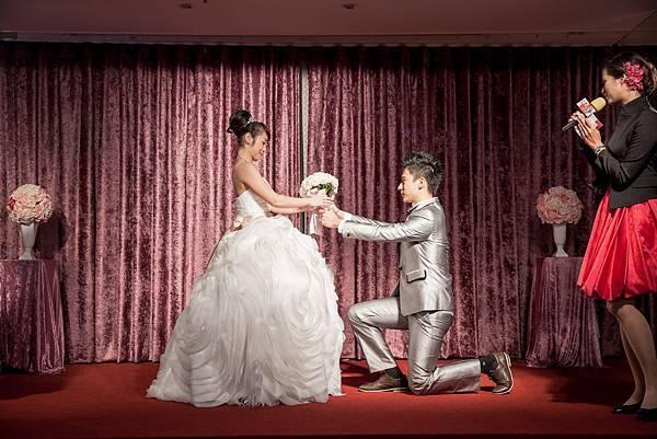 新郎單膝下跪承諾給予新娘一輩子的幸福