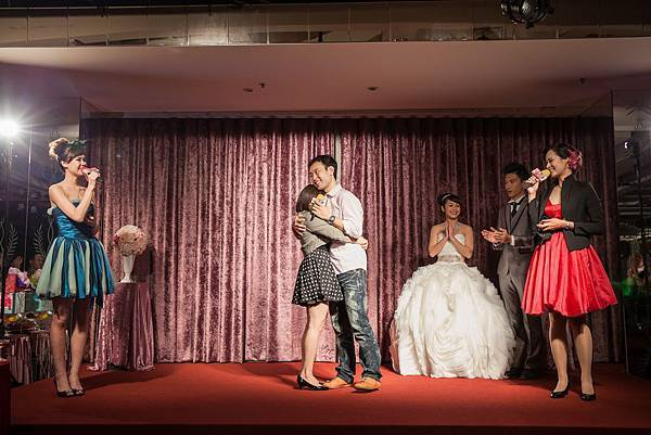 準新郎獻唱給與準新娘,讓在場的每一位嘉賓感受到這對準新人彼此之間濃郁甜蜜的愛