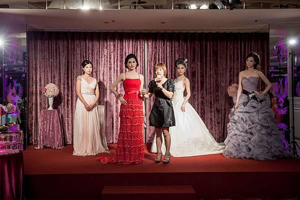 教導現場準新娘如何依照不同的體型挑選禮服,以及如何搭配適合的妝容
