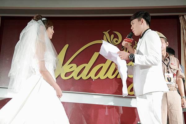 新郎於眾人的見證下,給予新娘浪漫愛的告白