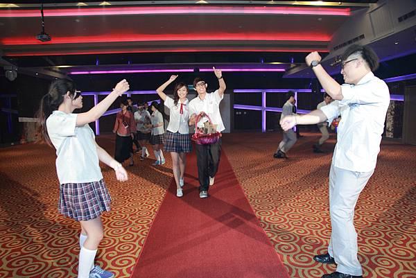 二次進場由「幸福御守團」擔任伴郎伴娘,帶來熱情活潑的舞蹈表演-「十分鐘的戀愛」