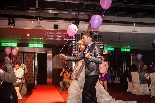 新人步上紅毯,並且發送給現場準新人OPEN小將氣球,象徵傳遞幸福給予每一位嘉賓