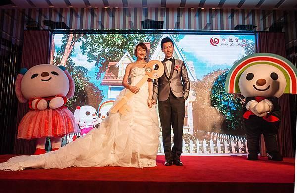 新郎則送給新娘一把鑰匙,代表要給新娘幸福的家庭,                              此時電視牆也轉為象徵新人未來幸福生活的家,                                 電視牆與新人的互動搭配效果,讓賓客更能感受到現場的浪漫氣氛