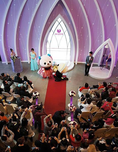 在眾人的見證下,於雅悅會館的晴空戀堂,                                   OPEN小將帥氣地轉圈,單膝下跪向小桃求婚,                                  浪漫的求婚獲得現場所有嘉賓的歡呼聲!!!